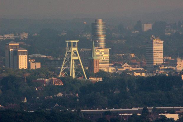 In der Ferne ist sogar Bochum mit dem mit dem Förderturm des Bergbau-Museums zu erkennen