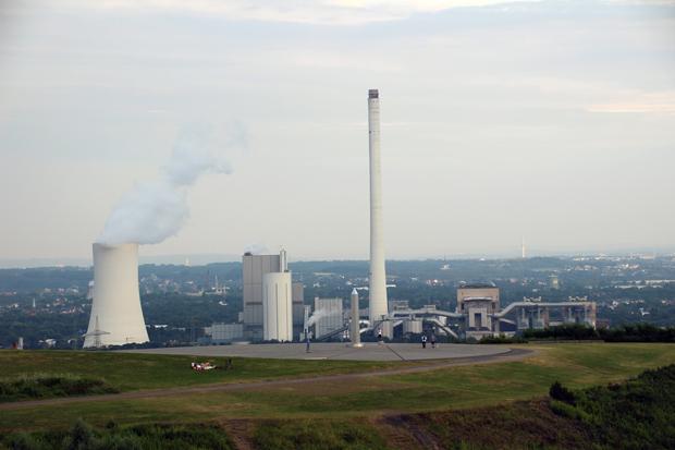 Das Steinkohlekraftwerk Herne-Baukau mit der Sonnenuhr im Vordergrund
