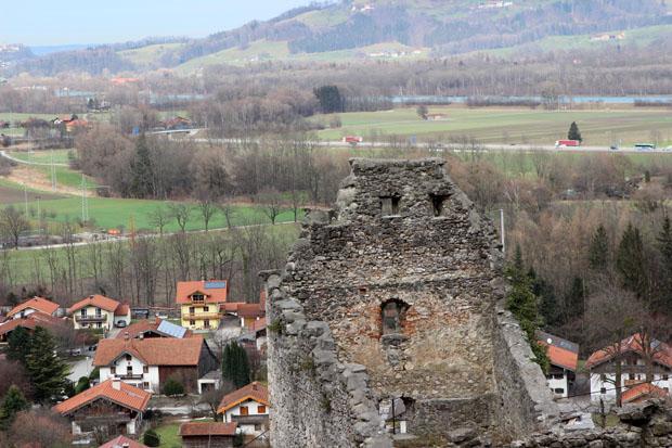 Die Ruine befindet sich am Ortsrand von Flintsbach