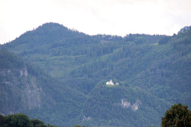 Weithin sichtbar thront die Kirche auf dem Gipfel des Petersberges
