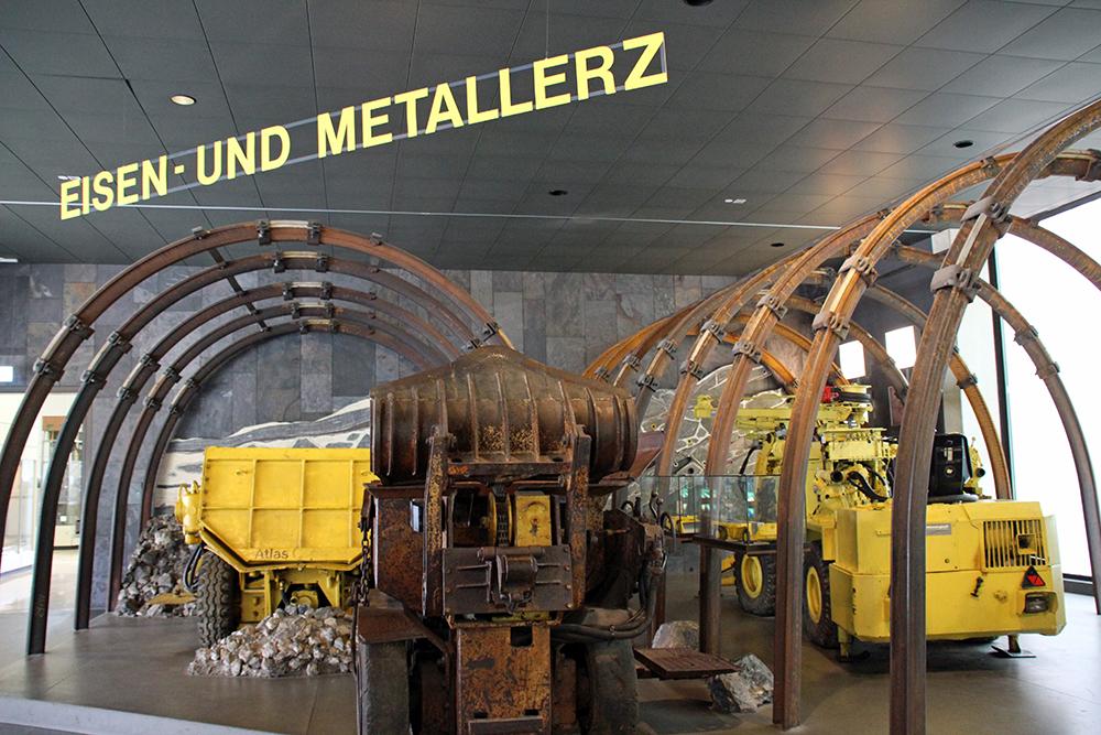Wie Eisen- und Metallerz gewonnen wird, zeigt man hier
