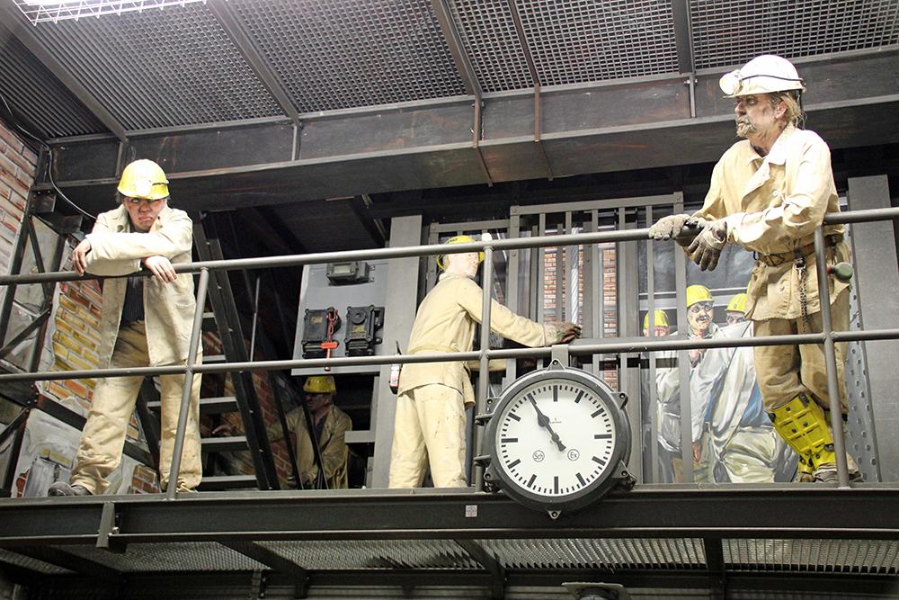Im Eingangsbereich warten einige Bergmänner auf die Besucher im Deutschen Bergbau-Museum Bochum
