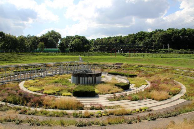 Eines der ehemaligen Klärbecken im Bernepark Bottrop wurde zum Garten