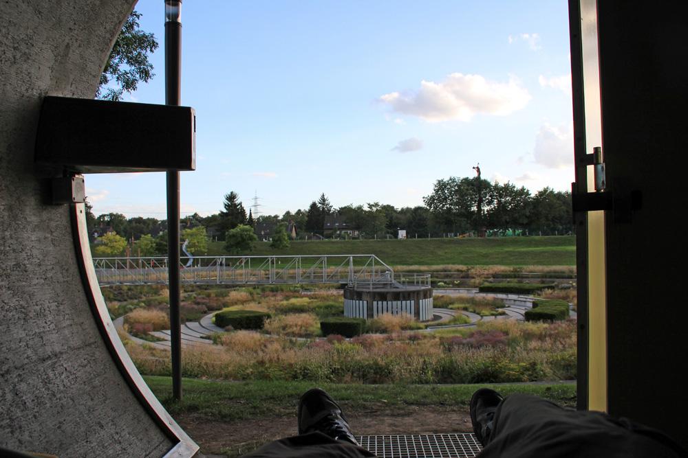 Zimmer mit Aussicht bietet diese besondere Übernachtungsmöglichkeit in einem Kanalrohr im Bernepark Bottrop im Ruhrgebiet