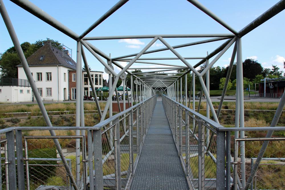 Einst wurde das Gebäude am linken Bildrand als Maschinenhaus genutzt, heute beherbergt es ein Restaurant im Bernepark Bottrop. Dort kann man besonders übernachten im Ruhrgebiet