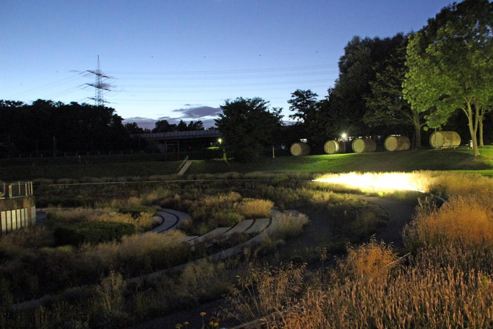 Nachts sind in den Klärbecken im Bernepark Bottrop im Ruhrgebiet Lichtspiele zu sehen. Dort gibt es auch eine besondere Übernachtungsmöglichkeit.