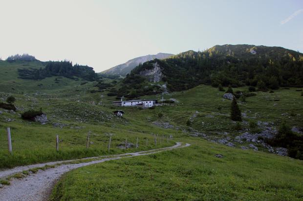 Von der Wirtsalm, der letzten Hütte vor dem Gipfel, dauert der Aufstieg noch über eine Stunde