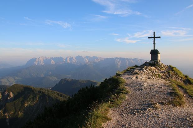 Schließlich erreicht man den Gipfel vom Geigelstein