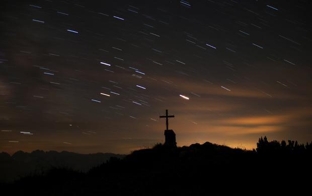 Eine lange Belichtung veranschaulicht die Erddrehung und die scheinbare Bewegung der Sterne