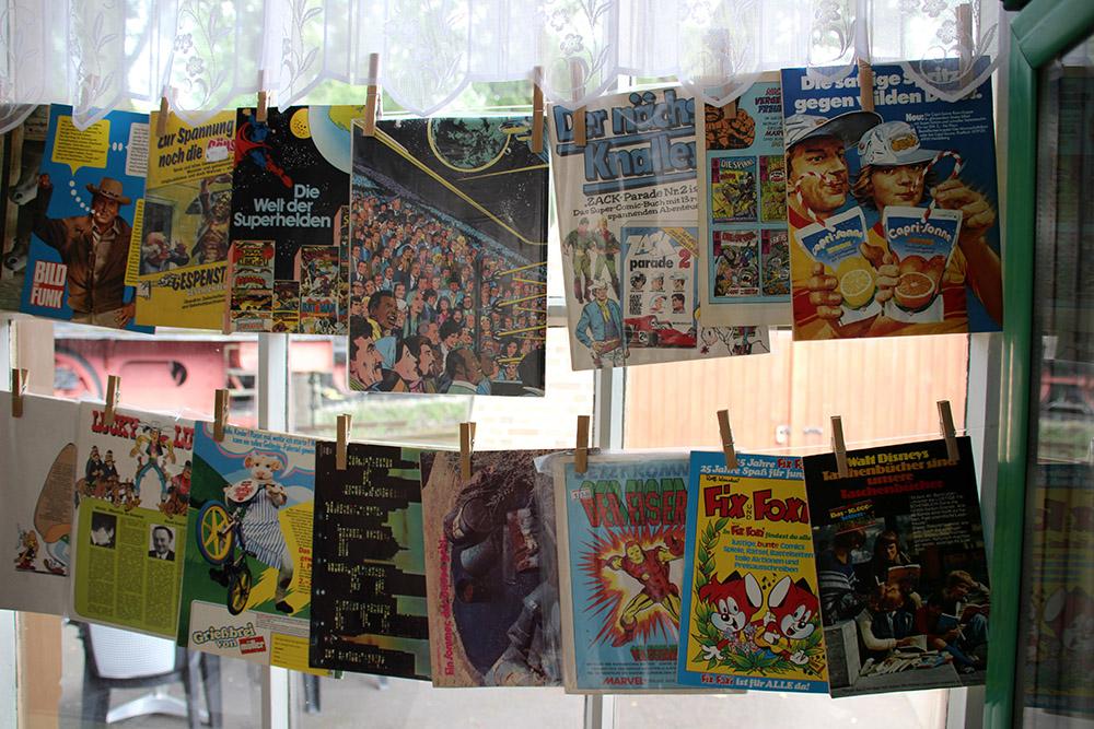 Der Kiosk wurde mit alten Zeitschriften geschmückt