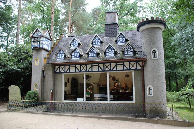 Schloss mit dem gestiefelten Kater im Märchenwald im Freizeitpark Sommerrodelbahn Ibbenbüren