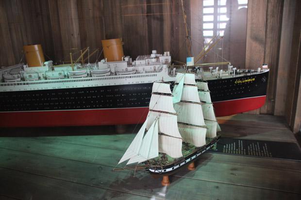Nachbildungen der Columbus und eines alten Segelschiffes