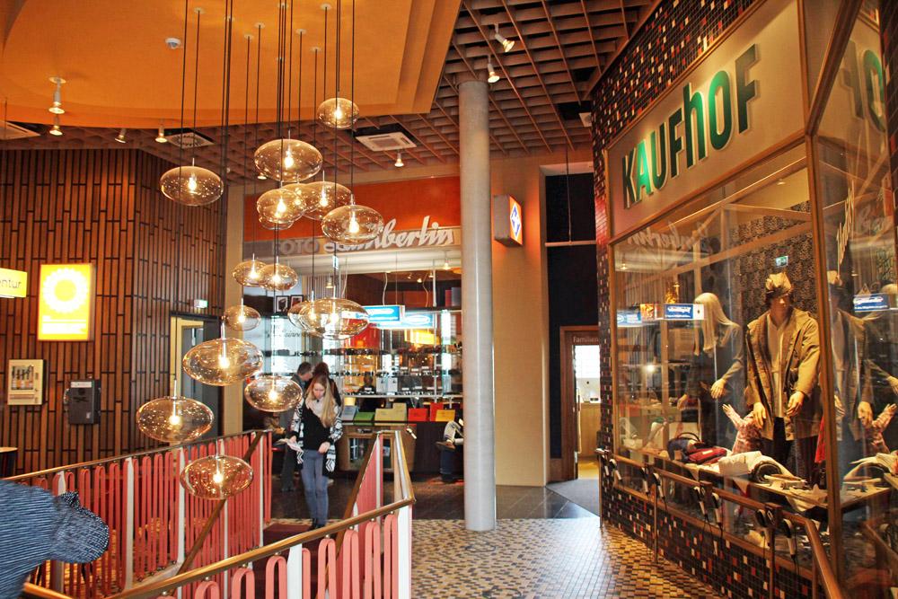 Auch in diesem Fotoladen und in diesem Kaufhaus im Deutschen Auswandererhaus Bremerhaven lässt sich eine Zeitreise erleben