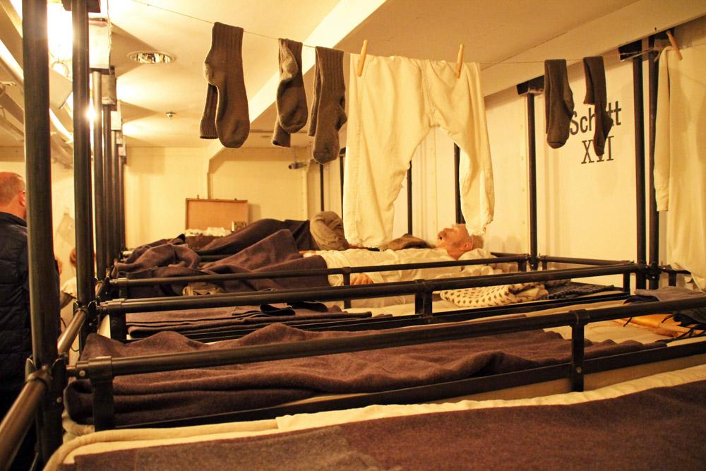 Schlafsaal der 3. Klasse auf dem Schiff Columbus mit Auswanderern