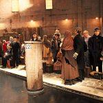 Museumsbesucher und Wachsfiguren verschwimmen quasi zu einer Einheit im Deutschen Auswandererhaus Bremerhaven