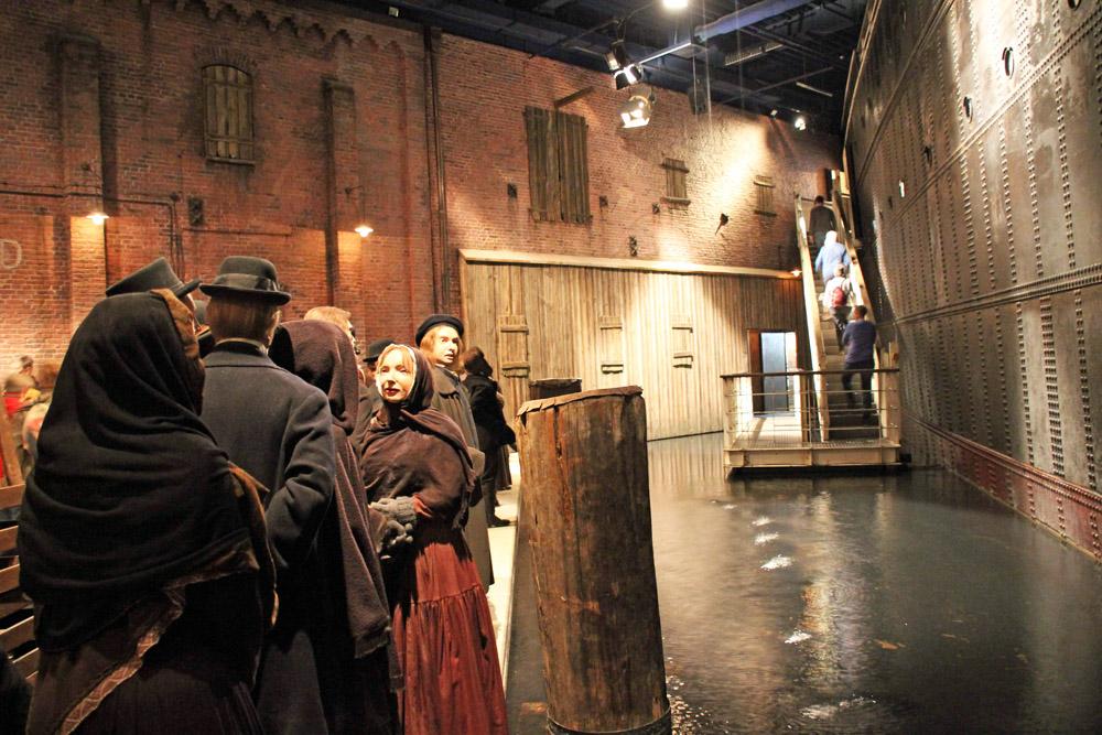 Lebensecht wirkt die Szenerie an der Kaimauer im deutschen Auswandererhaus Bremerhaven