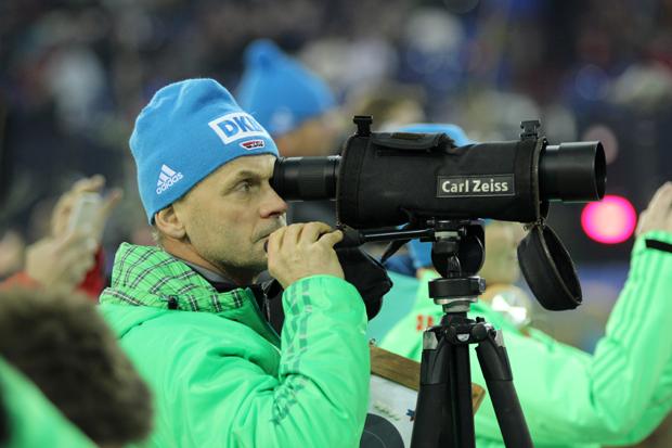 Bundestrainer Gerald Hönig kontrolliert das Trefferbild
