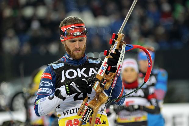 Michal Slesingr aus Tschechien justiert sein Gewehr