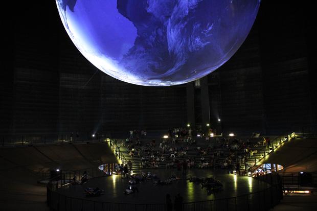 Im Gasometer schwebt eine riesige Weltkugel