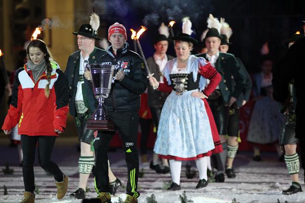 Ex-Biathlon-Star Daniel Böhm brachte den Pokal in die Arena