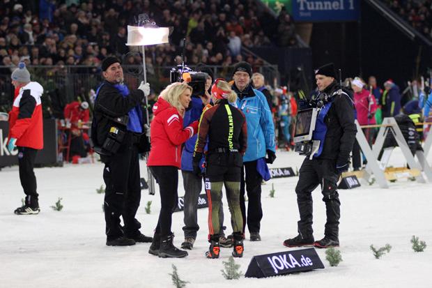 Nach dem Sieg im ersten Rennen gib Franziska Hildebrand ein TV-Interview
