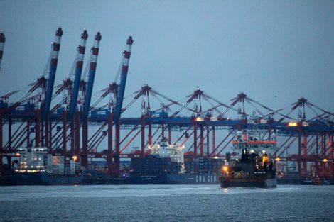 Kaje des Container-Terminals in Bremerhaven im Hafen mit Schiffen
