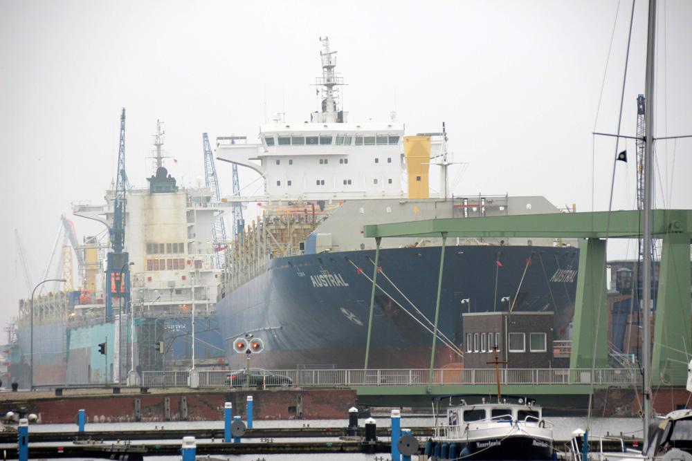 Blick von Bremerhaven Mitte in Richtung Container-Terminal mit den Schiffen
