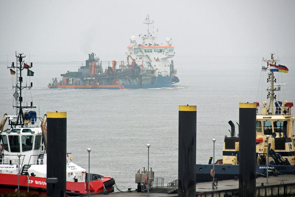 Auf der Wesermündung in Bremerhaven sind viele interessante Schiffe unterwegs
