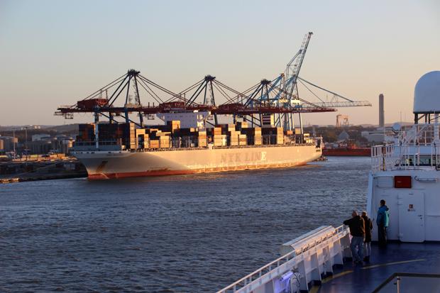 Die Route führt entlang des Containerhafens von Göteborg
