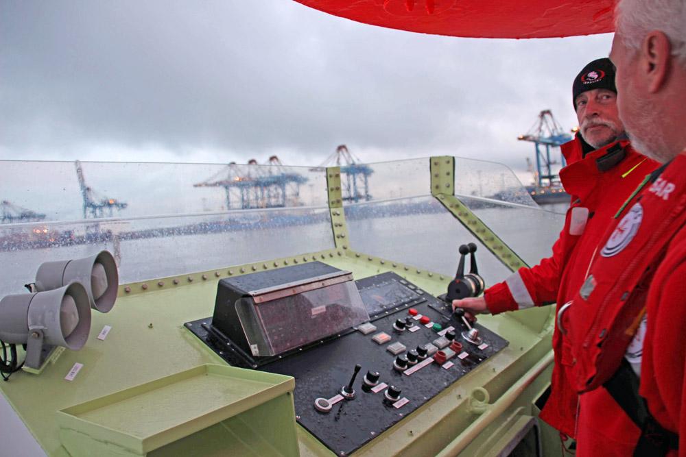 Crew und Besatzung auf einem Seenotrettungskreuzer in der Nordsee