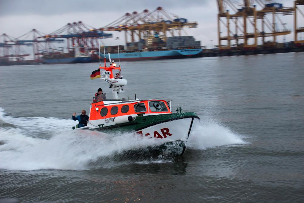 Das Tochterboot eines Seenotrettungskreuzers vor dem Container-Terminal in Bremerhaven