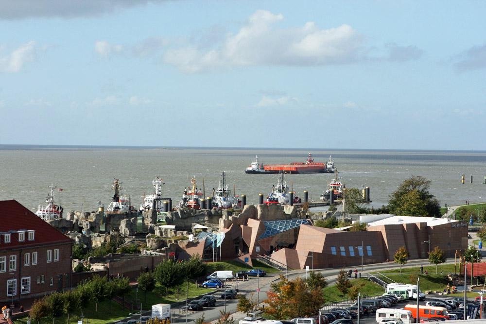 Blick vom Klimahaus über den Zoo am Meer in Bremerhaven auf die Wesermündung