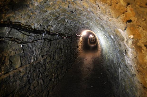 Vor über 200 Jahren haben Bergleute diesen Stollen in den Fels getrieben