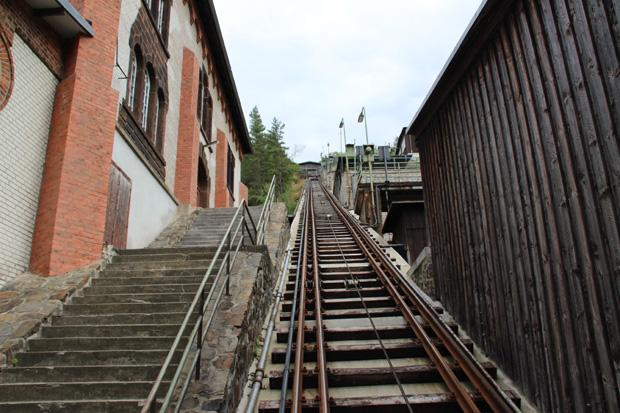 Der Schrägaufzug führt rund 100 Meter den Berg hinauf