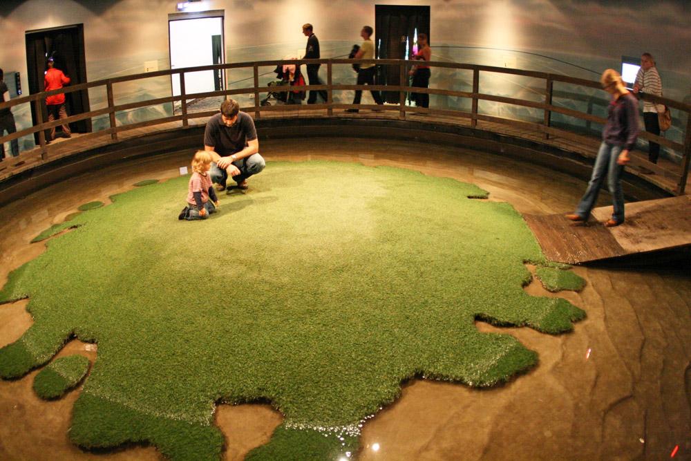 Besucher auf einer Nachbildung der Hallig Langeneß im Klimahaus Bremerhaven