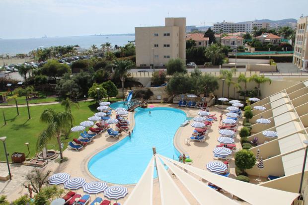 Zimmer mit Aussicht auf Pool und Strand