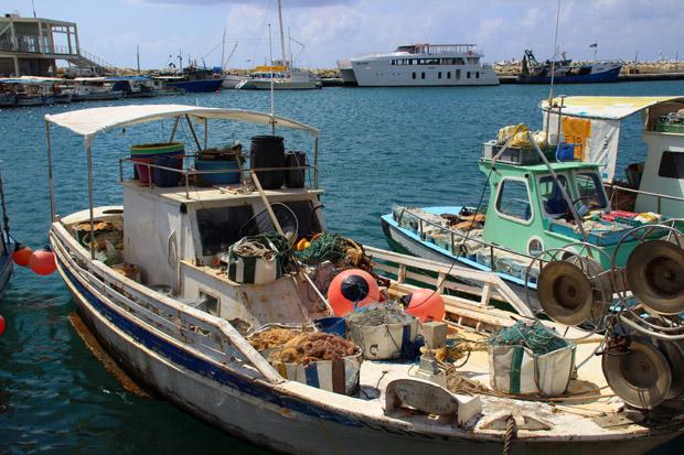 Im Hafen von Limassol auf Zypernschaukeln die Fischerboote sanft vor sich hin
