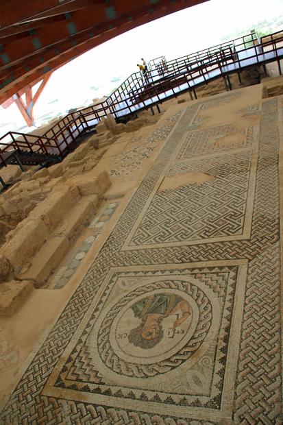 In der antiken Stadt Kourion auf Zypern in der Nähe von Limassol lassen sich auch Spuren der Griechen und Römer finden. Antike Mosaike und vieles mehr wie in dieser Villa sind zu sehen
