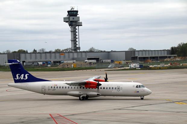 Flugzeug ATR 72 von SAS am Flughafen Hannover mit dem Tower im Hintergrund