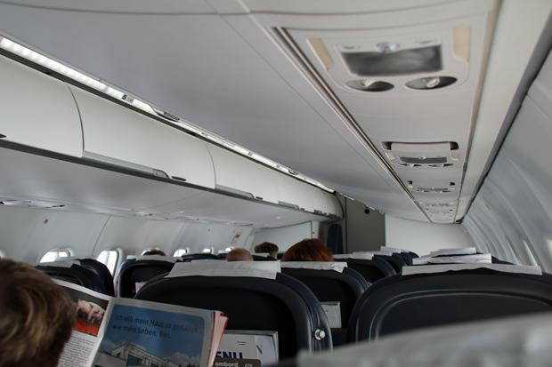 Kabine von innen im ATR72 von SAS mit wenig Passagieren