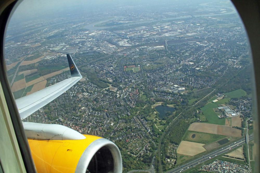 Ein letzter Blick zurück in Richtung Düsseldorf aus dem Fenster des Condor Flugzeuges
