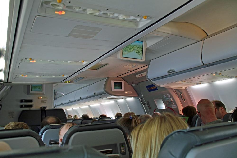 Blick durch das Flugzeug in der Economy Class der Condor Boeing 757