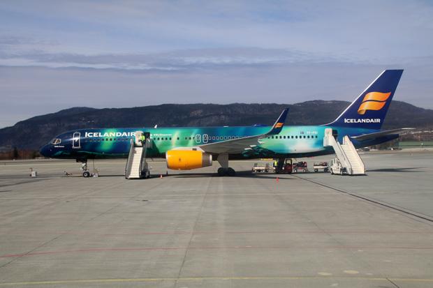 Icelandair Flugzeug mit Nordlichtern auf dem Flughafen von Trondheim