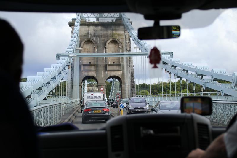 Fahrt im Bus über die Menai Suspension Bridge, die das Festland von Wales mit der Insel Anglesey verbindet