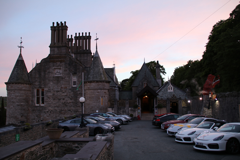 Hübsche Autos vor dem Chateau Rhianfa