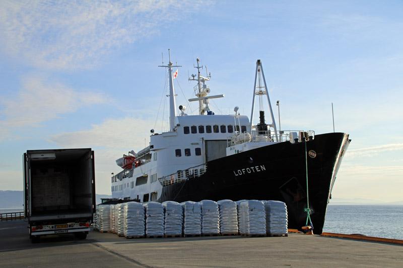 Schiff Lofoten im Hafen von Trondheim in Norwegen