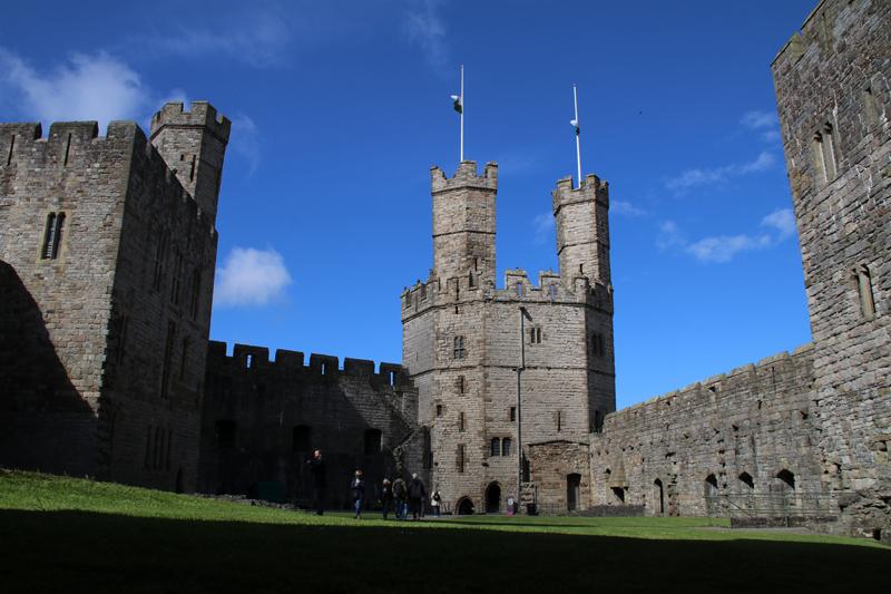 Blick auf die mächtigen Türme von Caernarfon Castle