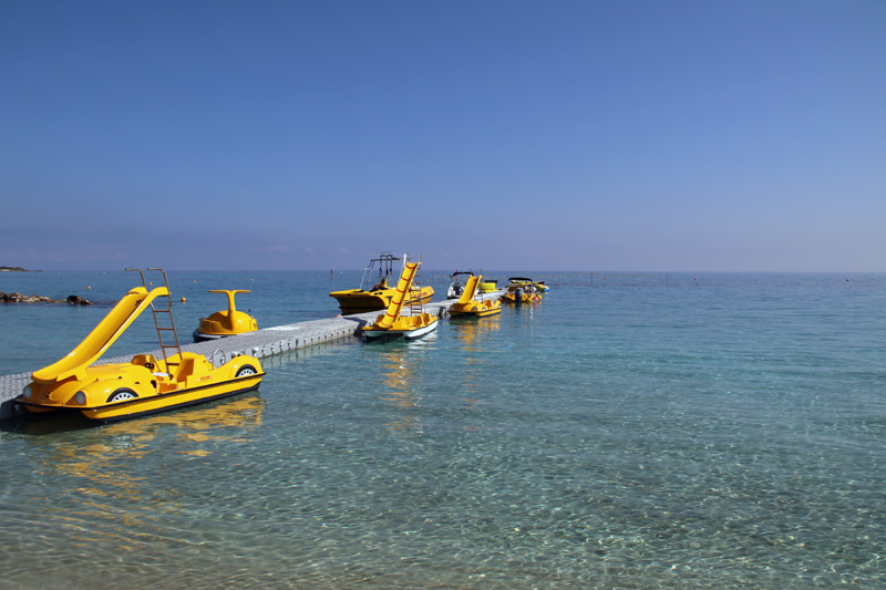 In der Fig Tree Bay auf Zypern gibt es jede Menge Freizeitangebote