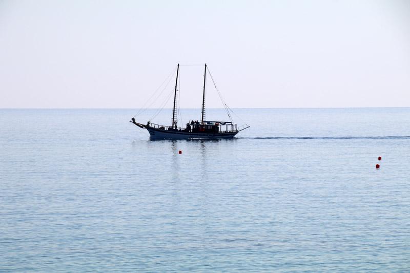 Gemütlich schippert dieses Boot entlang der Küste