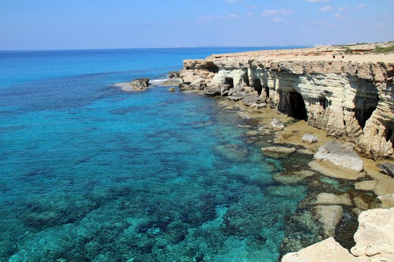 An den Meereshöhlen bei Ayia Napa auf Zypern schimmert das Meer ganz besonders schön